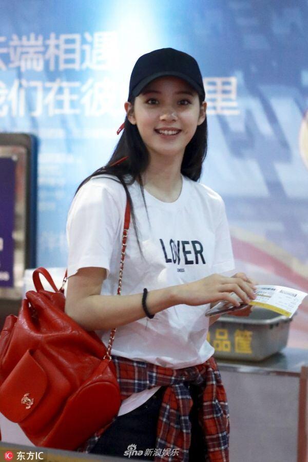 组图:欧阳娜娜现身机场 脱帽撩发甜美可人