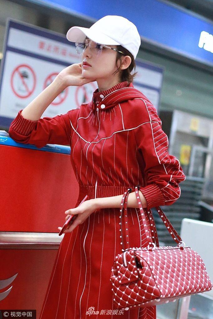 娜扎一袭及踝红裙美艳大气 托腮办登机表情放空显软萌