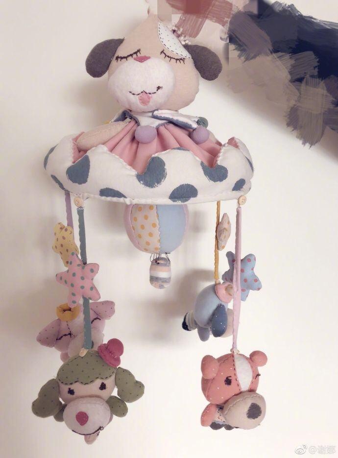孕妈谢娜心灵手巧 缝制手工布偶给孩子当见面礼