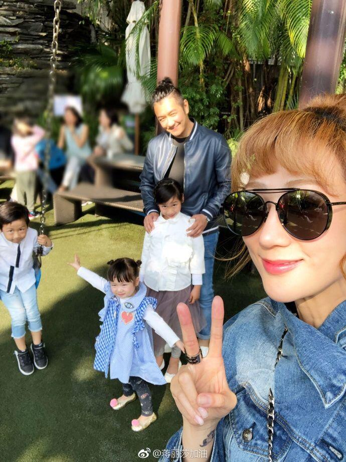 组图:陈浩民一家六口外出游玩 阳光下儿女开怀大笑超幸福