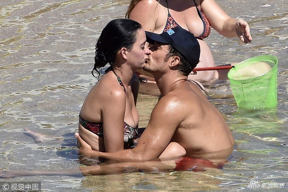 组图:水果姐奥兰多湿身戏水 亲吻拥抱互动甜蜜