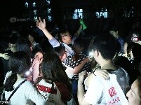 152名女生持手机照明 向8名男生毕业告白