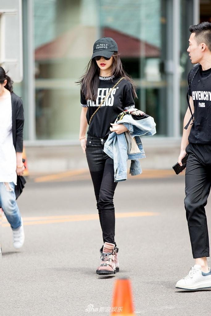 组图:baby全黑装束出街酷帅有型 美腿细长直