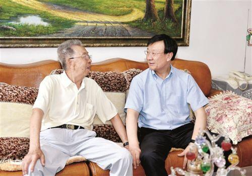赵江涛看望老干部时强调  传承优良传统 为包头建设发展作出应有贡献