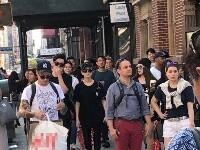 组图:周杰伦昆凌现身纽约街头被偶遇 一起逛街恩爱相随