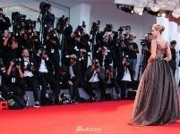组图:威尼斯电影节 大表姐劳伦斯透视装秀美胸斗艳超模