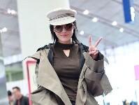 张馨予制服帽变时髦小姐姐 镜头前甜笑比V凹造型