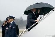 特朗普撑伞前面走妻儿淋雨跟在后 外媒:太不绅士!