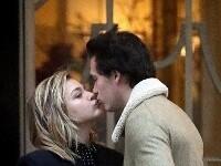 组图:超杀女大布当街接吻 勾肩搭背满眼笑意热聊不停