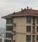 """8名""""熊孩子""""爬上34层楼顶嬉戏 惊险万分"""