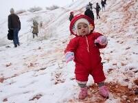 撒哈拉沙漠小镇时隔一月再降雪 引民众狂欢