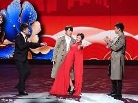 组图:《唐探2》剧组辽视春晚拜年