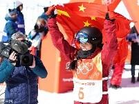 刘佳宇身披国旗庆祝夺银 观众席现五星红旗