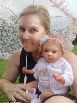 有钱有闲!澳大利亚女子花费数万送仿真娃娃游世界