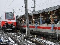 奥地利两火车行驶时相撞 车体穿洞