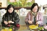 制作团扇品味传统文化