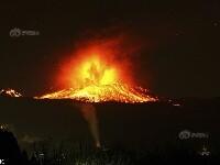 """日新燃岳火山""""熄火""""后再喷发 烈焰冲天现火山雷"""