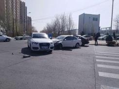 路口抢行两车相撞!女司机吓坏瘫坐在地...