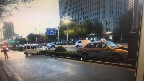 两车相撞双双冲进绿化带 出租车上两乘客受伤