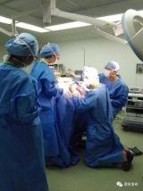 医生跪地1小时为男孩做手术 此前已连续工作9小时
