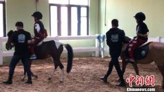 内蒙古小学生开骑术课 实践中体验马背文化