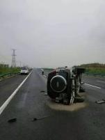 雨天路滑 越野车在高速路上侧翻