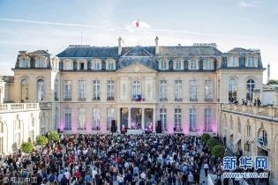 法国总统马克龙偕妻出席夏至音乐节狂欢