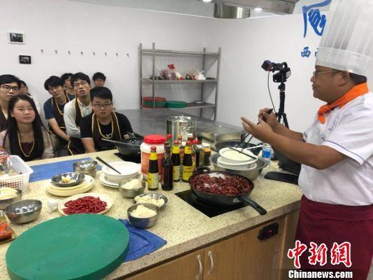 """四川一高校开设""""美食课"""" 学生吃着火锅就能修学分"""