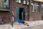 吃早点喝醉了 男子竟在楼栋门前呼呼大睡