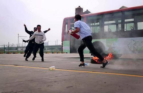 车辆起火、歹徒持刀伤人 看我市公交如何现场应对突发事件