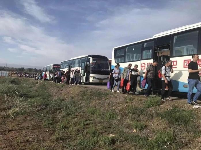 白云鄂博安全接回150余名滞留西斗铺旅客