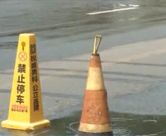 大奖娱乐888_污水外溢近十天 谁来疏通维修.mp4