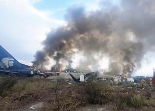 墨西哥一架民航客机坠落 机上数十人受伤