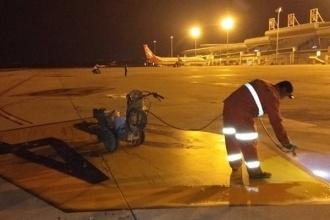 大奖娱乐pt_包头机场开展道面标志线维护工作