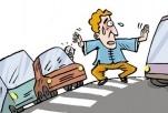 男子穿行车流随意拦车 交警及时制止恢复交通