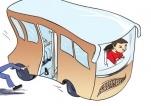公交车突然启动 正下车的老人被甩出了车外