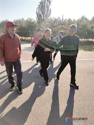 九九重阳健步走 精神抖擞享健康