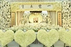 包头新闻网_金庸丧礼在港举行 众多读者吊唁致敬