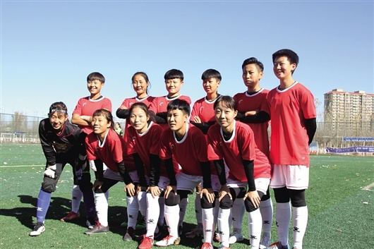 女子U17组别大赛中,包钢一中女子足球队荣获联赛亚军
