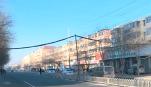 西脑包大街:电缆坠地影响通行 公交安全员托举半小时