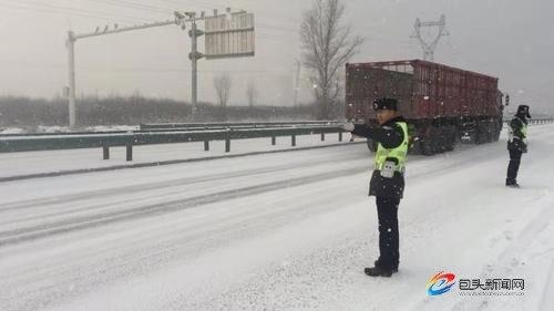 南绕城新公路突降大雪 交管部门启动应急预案