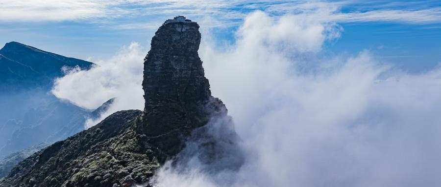 中国这寺庙建在云端, 随便一伸就能碰到白云, 网友说: 太危险了