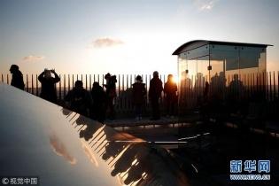 法国凯旋门重新开放 游客前往拍照