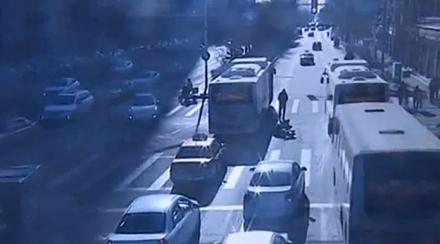 电动车闯红灯 撞上公交负全责