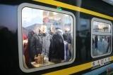 李克强登上包头开往大连的春运列车看望返乡旅客:回家过年是中国人最温暖的时刻