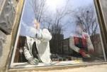 新闻追踪:肇事者?#19994;?#20102;!青7社区多户居民破损玻璃已经开始陆续更换
