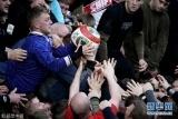 英國小鎮舉辦懺悔節足球賽 你爭我搶場麵激烈