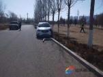 开车时只顾看景聊天 车辆在公园里撞了路灯杆