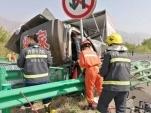 高速路上两大货车追尾 致3人受伤