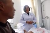 从医32年,她每次出诊都被踏破门槛,曾将被家人放弃的患者从死亡线拉回